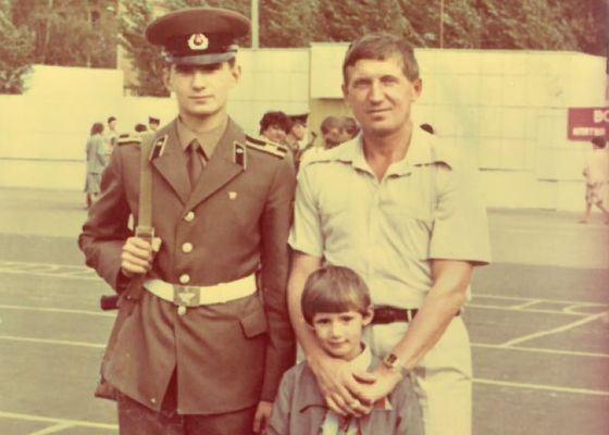 Алексей Дюмин в военном училище. На фото с отцом и младшим братом