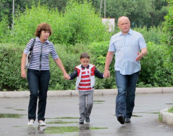 На фото: губернатор Виктор Назаров, его жена Галина и сын