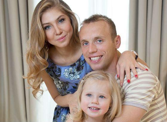Футболист Денис Глушаков с женой и дочкой Валерией