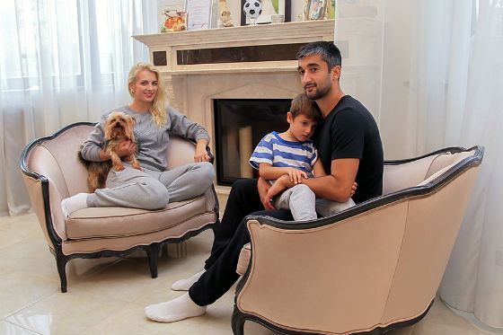 Футболист Александр Самедов с женой, сыном и любимым питомцем
