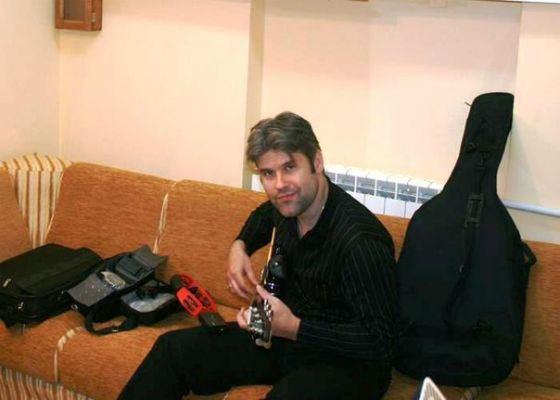 Эдуард Изместьев лично пишет всю музыку для своих песен