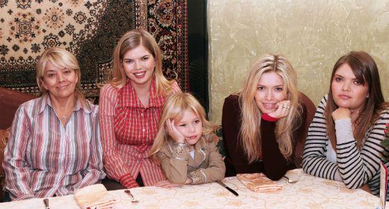 Вера Брежнева с сестрами, мамой и племянницей