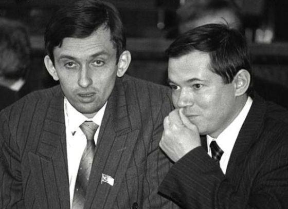 Сергей Глазьев в молодости (на фото справа)