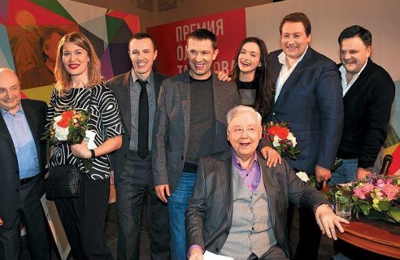 Паулина Андреева и Владимир Машков с актерским составом «13D»