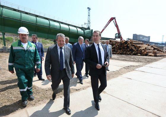 Захар Смушкин и Дмитрий Медведев на открытии нового цеха «ИЛИМа» в Братске