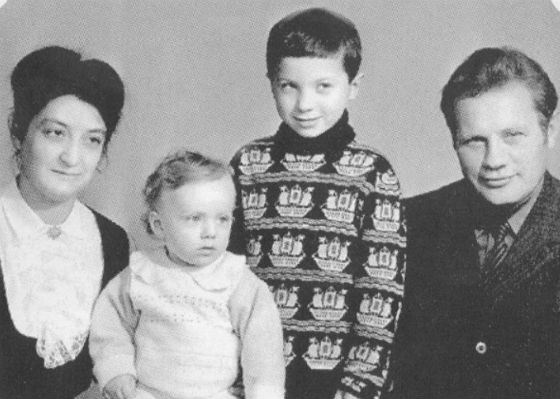 Маленький Глеб Самойлов с родителями и братом