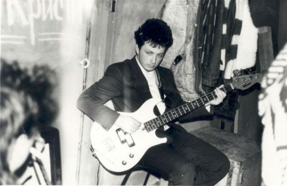 Глеб Самойлов играл на гитаре сидя из-за стеснительности