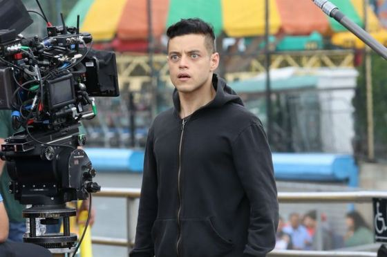 Рами Малек на съемках второго сезона «Мистера Робота»