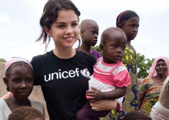Селена Гомес во время поездки в Гану