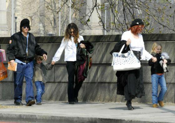 Дети Джонни Деппа на прогулке; Лили-Роуз – 8 лет