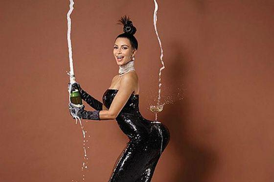 То самое фото Ким Кардашян с шампанским