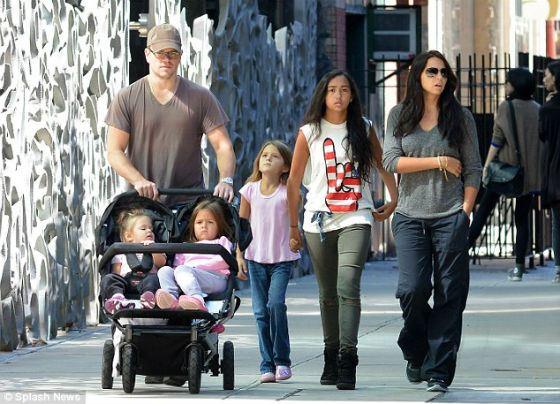 Мэтт Дэймон с женой и детьми (2014 год)