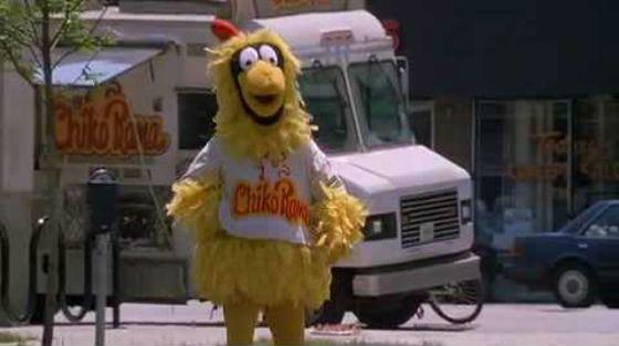 В «Беглеце» Томми Ли Джонсу пришлось гулять в костюме цыпленка