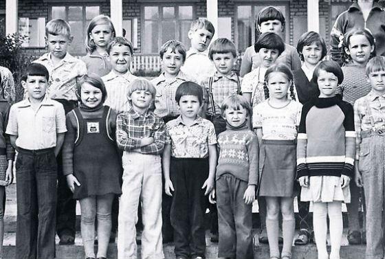 Юная Яна Троянова (на фото – в первом ряду, третья слева, в белых штанах)
