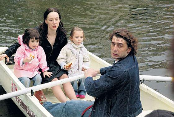 На фото: Алексей Дубинин, Чулпан Хаматова, Ася и Арина