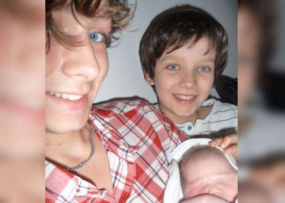 Эйса Баттерфилд со старшим братом и новорожденной сестрой
