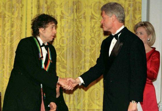 Билл Клинтон награждает Боба Дилана, 1997 год