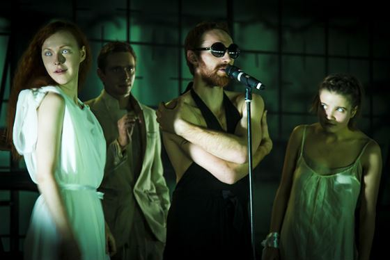 Артур Бесчастный (в центре) на сцене «Гоголь-центра»