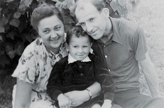 Владимир Дмитриев с родителями