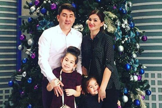 Азамат Мусагалиев с женой и детьми