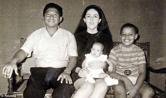 Барак Обама с мамой, отчимом и единоутробной сестрой