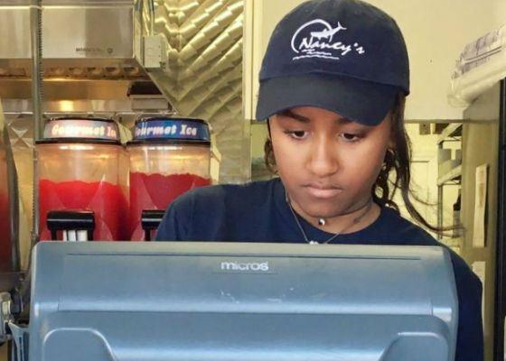 Младшая дочь Барака Обамы продавала бургеры