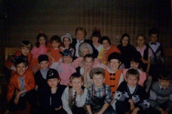 Агата была звездой всех школьных спектаклей (на фото: в верхнем ряду в шляпе)