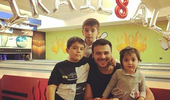 Эмин с близнецами и Аминой, приемной дочкой Лейлы Алиевой
