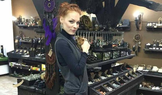 Мэрилин Керро в своем магазине магических товаров