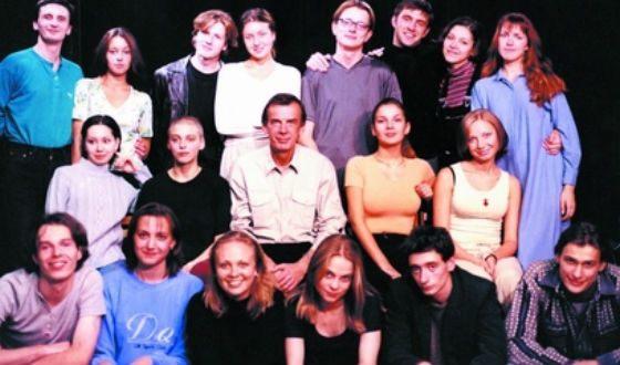 Нелли Уварова (слева от Г. Тараторкина) с одногруппниками