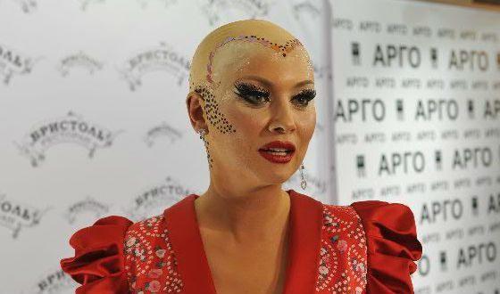 В 2013 году Лена Ленина побрилась налысо