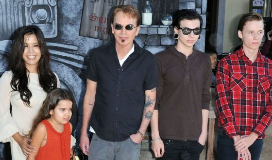 Билли Боб Торнтон, его старшие сыновья и супруга с дочерью