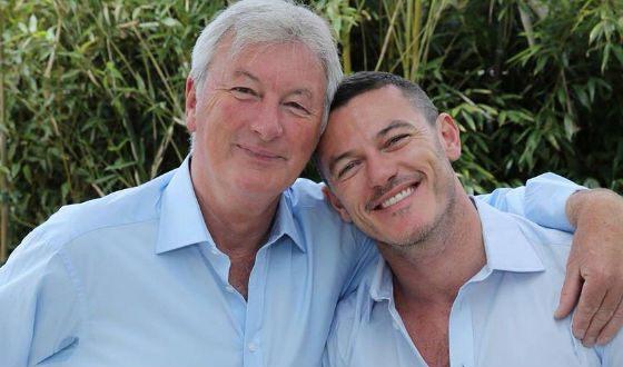 На фото: Люк Эванс с отцом