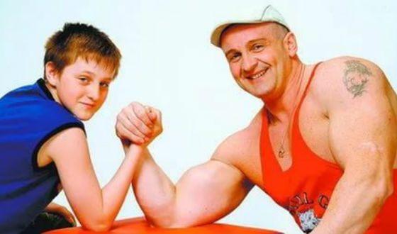 Игорь Огурцов в детстве (на фото с отцом Алексеем Огурцовым)