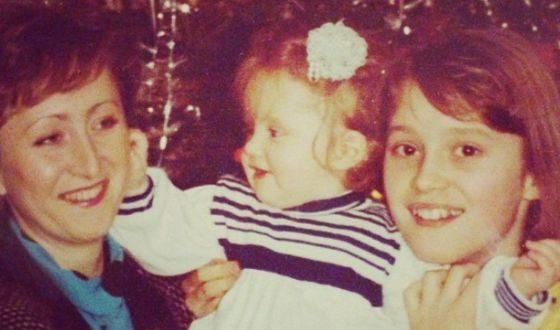 Детское фото Аиды Николайчук (на фото с младшей сестрой и мамой)
