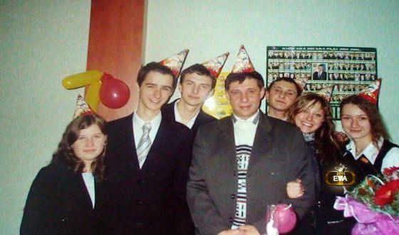 Юная Яна Швец с одноклассниками