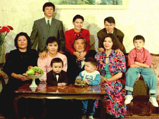 Нурсултан Назарбаев с дочерьми и внуками