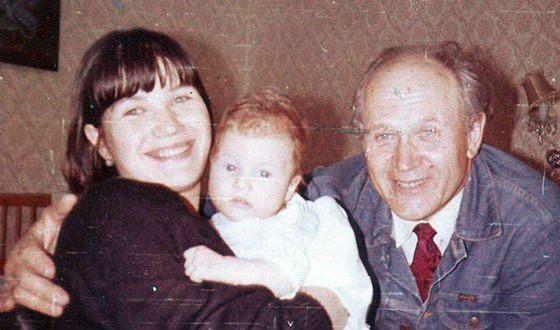 Маленькая Марьяна Спивак с мамой и дедушкой