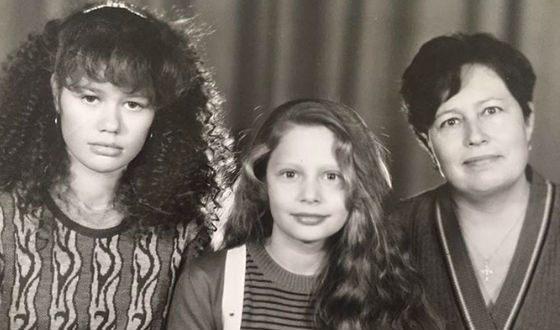 Маленькая Наташа Рудова с сестрой и мамой