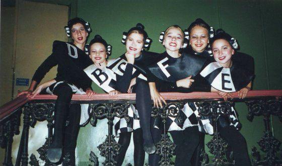 Совсем юная Рина (на фото третья справа)