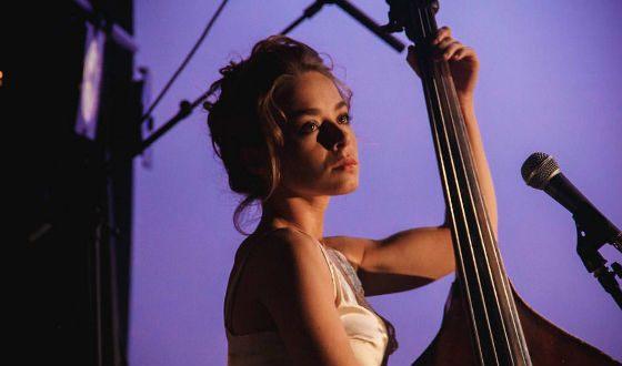 Рина Гришина играет на контрабасе