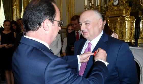 Президент Франции Олланд награждает Вячеслава Кантора знаком офицера Орденом Почетного легиона