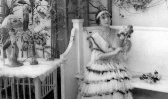 Балерина в зимнем саду своего особняка, 1916 год