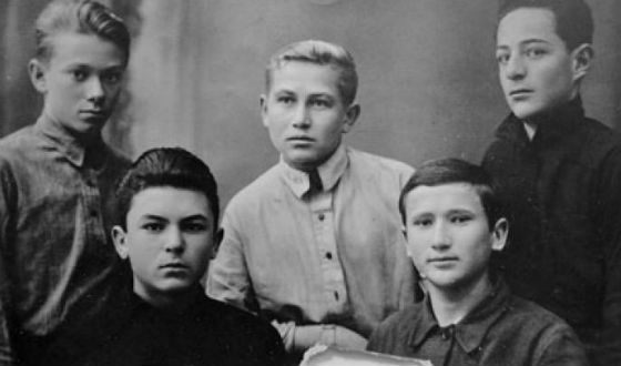 Школьное фото Бондарчука (слева в нижнем ряду)