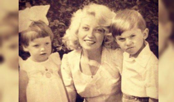 Детское фото Александра Реввы (с мамой и сестрой Наташей)