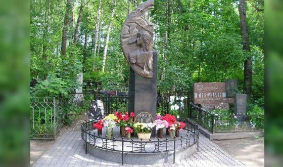 Могила Виктора Цоя на Богословском кладбище