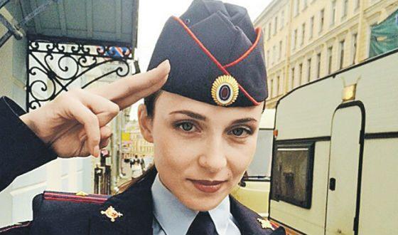 Полицейская форма актрисе к лицу