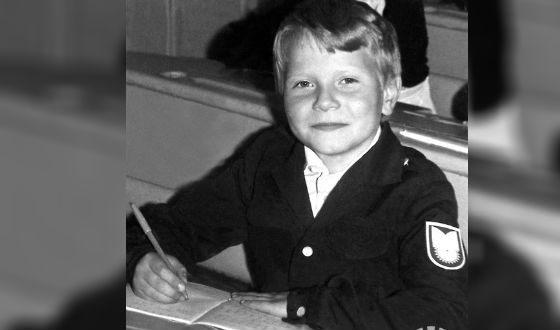 В детстве мальчик сменил много школ