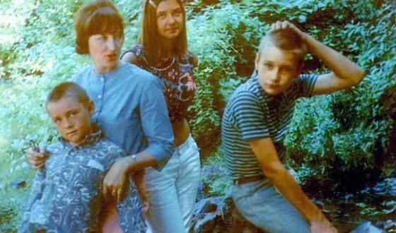 Маленький Кевин Спейси (слева) с мамой, братом и сестрой
