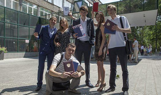 Игорь Лавров (в центре) закончил школу в Самаре
